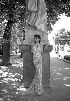 שמלת כלה נוצצת עם מחשוף