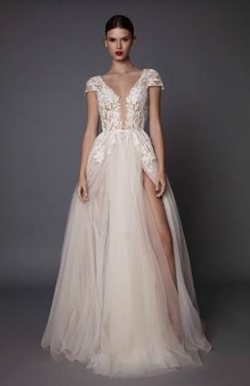 שמלת כלה נפוחה עם שסע
