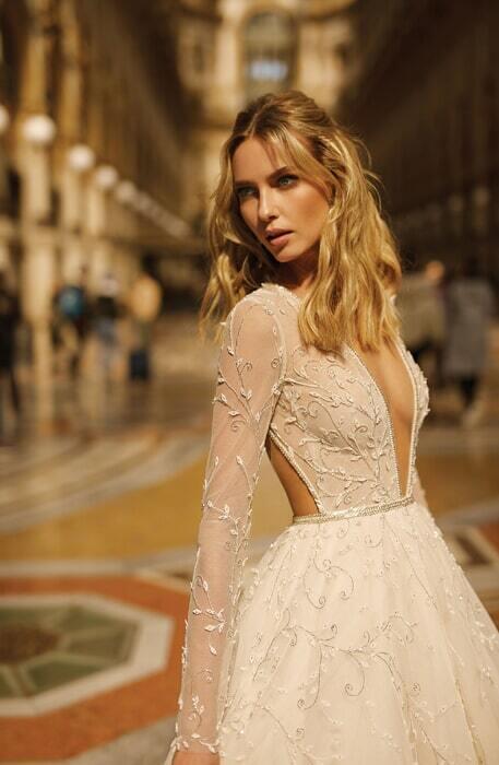 שמלת כלה מחשוף עמוק וגב