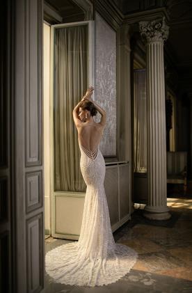 שמלת כלה גב מחורז פנינים
