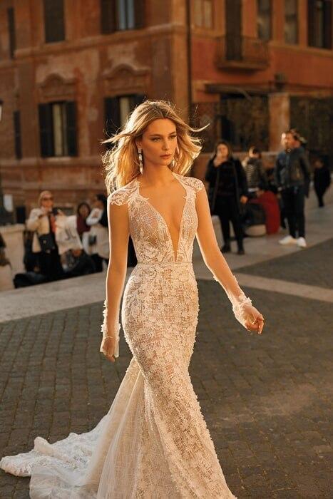 שמלת כלה: קולקציית 2020, שמלה בסגנון רומנטי, שמלה עם תחרה, שמלה עם מחשוף, שמלה עם שובל, שמלה בצבע לבן - ברטה BERTA