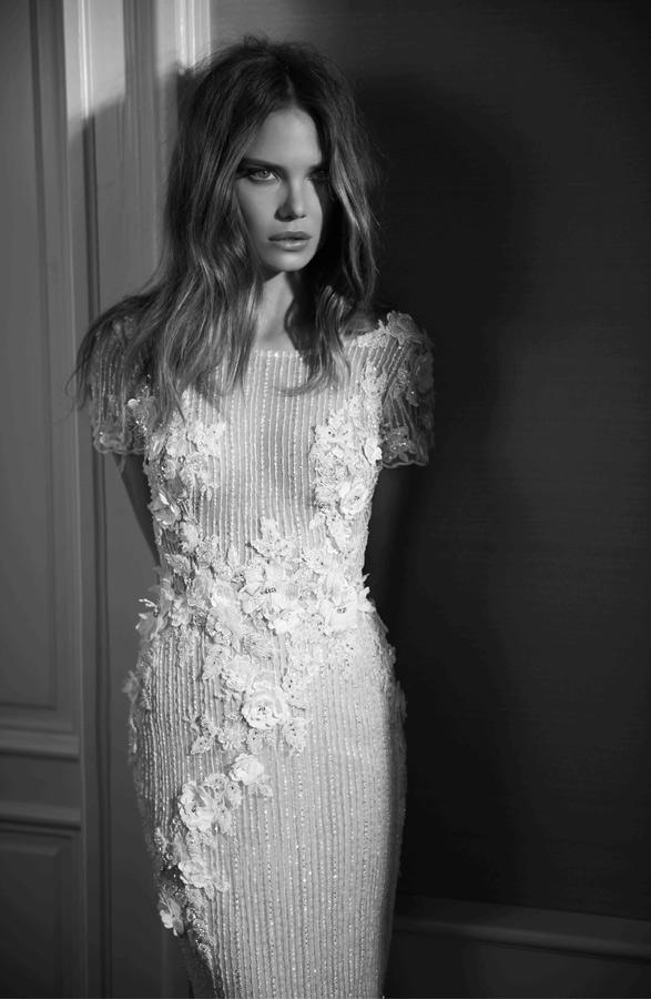 שמלת כלה רחוקה מהגוף עם פרחים