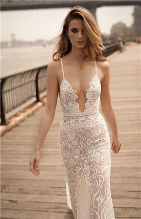 שמלת כלה: שמלה בסגנון רומנטי, שמלה בסגנון קלאסי, שמלה עם תחרה, שמלת אורגנזה, שמלה עם פייטים, שמלה עם מחשוף, שמלה בגזרה אסימטרית, שמלה בצבע לבן - ברטה BERTA