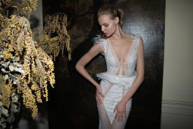 שמלת כלה עם קריסטלים חרוזים ונוצות