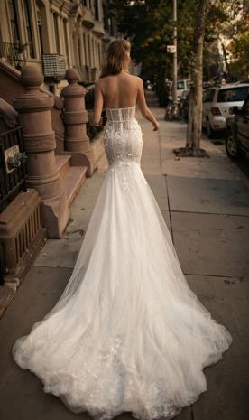 שמלת כלה עם מחוך ושובל
