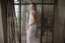 שמלת כלה עם פרנזים ומחשוף גב