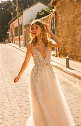 שמלת כלה עם חגורת מותן ופרחים