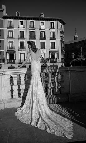 שמלת כלה גב חשוף כתפיות ושובל