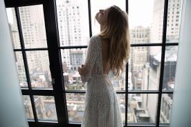 שמלת כלה חגורה במותן מחשוף גב