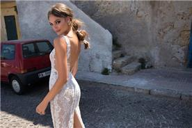 שמלה עם שסע מאחורה