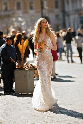 שמלת כלה עם עיטורי אבנים ופרחים