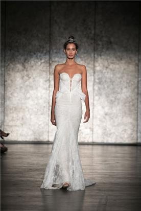 שמלת כלה: שמלה בגזרה נשפכת, שמלה בסגנון רומנטי, שמלה עם תחרה, שמלה בצבע לבן - Inbal Dror - ענבל דרור