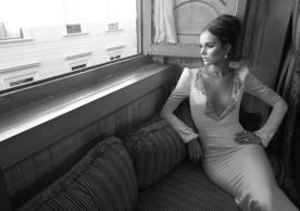שמלת כלה: קולקציית 2012, שמלה בסגנון קלאסי, שמלה בסגנון עדין, שמלה עם תחרה, שמלה עם מחשוף, שמלה עם שרוולים, שמלה בצבע לבן, שמלה בצבע שמנת, שמלת מקסי - Inbal Dror - ענבל דרור