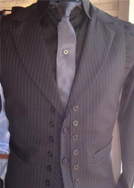 חליפה עם פסים שחורים