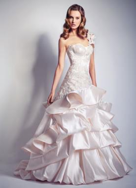 שמלת כלה נסיכותית מעוטרת קפלים