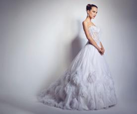 שמלת כלה נסיכותית מעוטרת נוצות