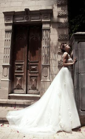 שמלת כלה נסיכותית עם שובל ארוך