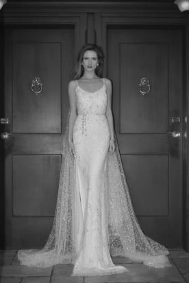 שמלת כלה בשילוב חרוזים ושובל מנוקד