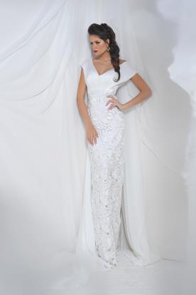 שמלת כלה עם מחשוף תחרה ושובל