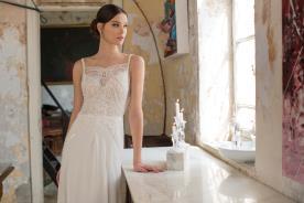 שמלת כלה רומנטית עם מחשוף עדין