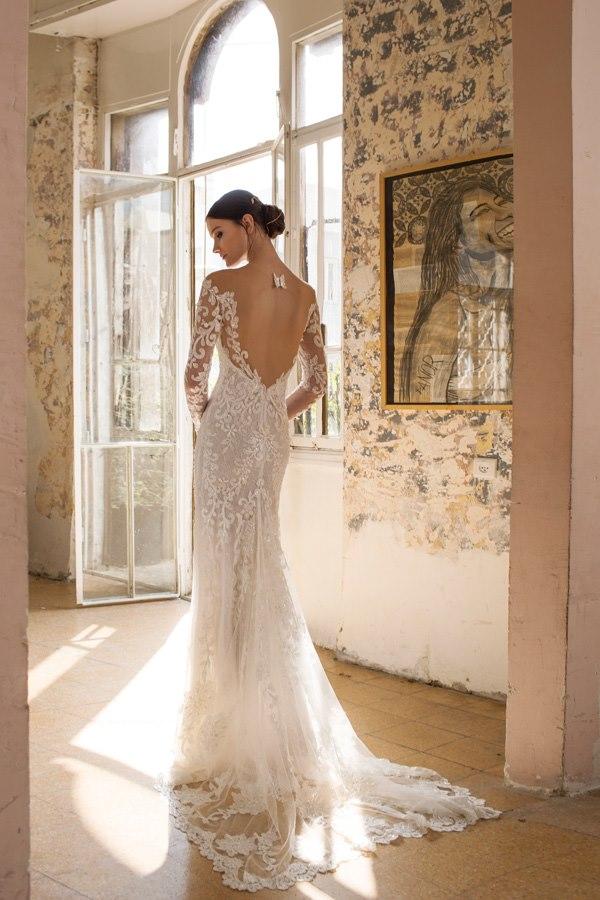 שמלת תחרה עם שובל ארוך
