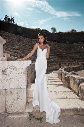 שמלה צמודה נשפכת עם שובל ארוך