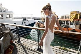 שמלה תחרה צמודה עם גב עמוק