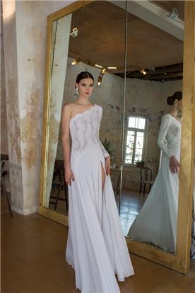 שמלהת תחרה אסימטרית עם שסע