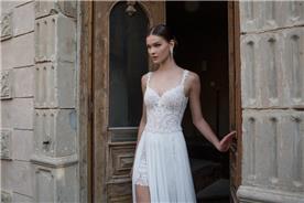 שמלה עם שסע עמוק ומכנסון קטן