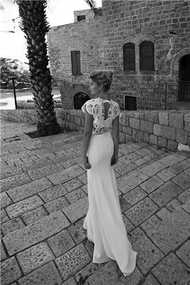 שמלת מחשוף קטן בגב