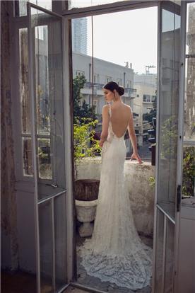 שמלה עם גב חשוף ושובל תחרה נשפך