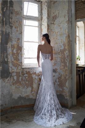 שמלה עם שובל מתחרה ארוך