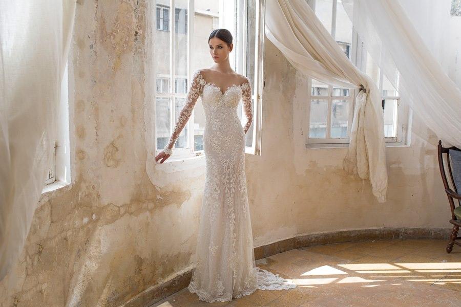 שמלת תחרה עם שרוולים נשפכת