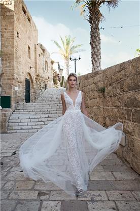 שמלת תחרה צמודה וטול מעל