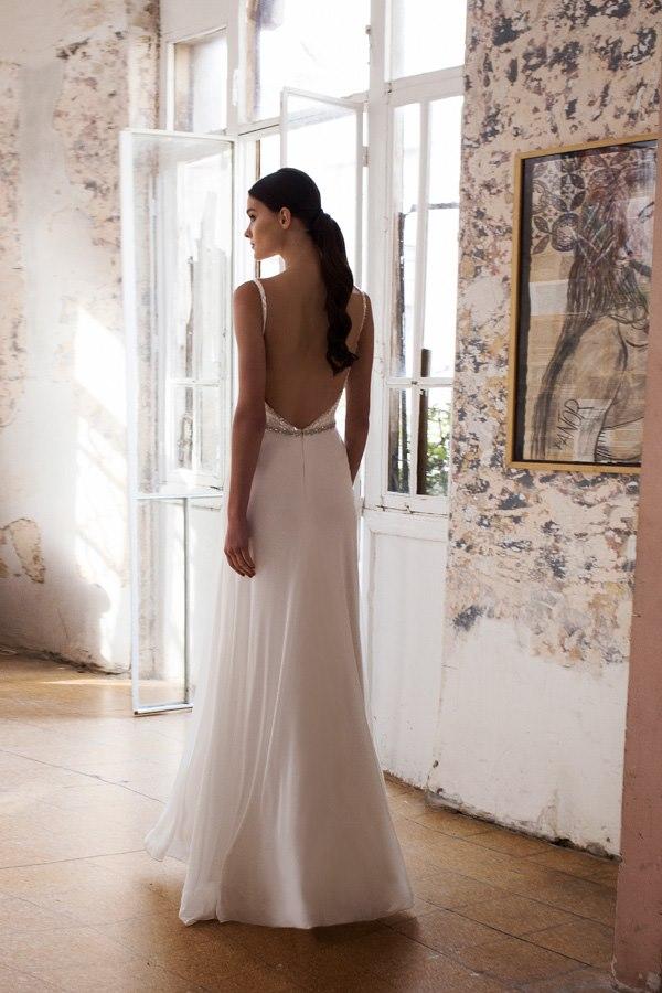 שמלת גב חשוף עם חגורה במותן