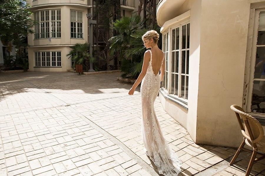 שמלה נשפכת צמודה עם שובל ארוך
