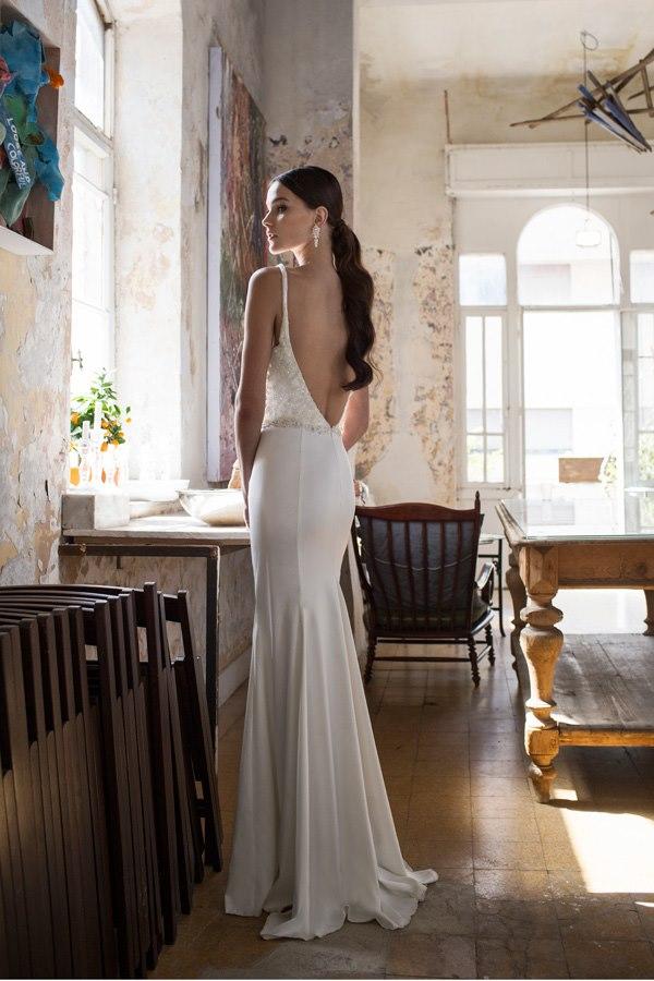 שמלת גב חשוף נשפכת