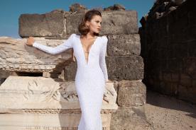שמלת כלה עם מחשוף V עמוק