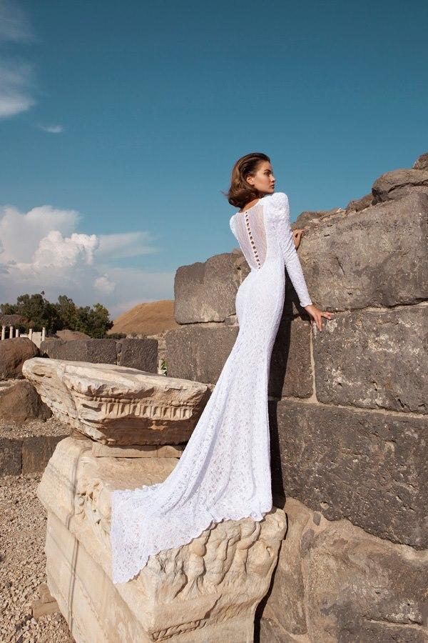 שמלה נשפכת עם שובל ארוך ושיפון שקוף בגב