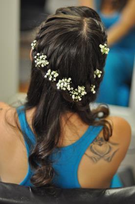 תסרוקת צמה בשילוב פרחים