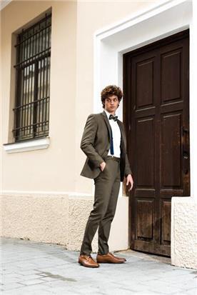 חליפת חתן: קולקציית 2019, חליפת שלושה חלקים, חליפה בגזרה ישרה, חליפה בדוגמה חלקה, חליפה בצבע חום - סאלינה  SALINA - חליפות חתן