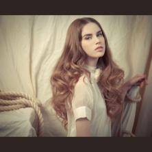 שיער פזור ואיפור עדין