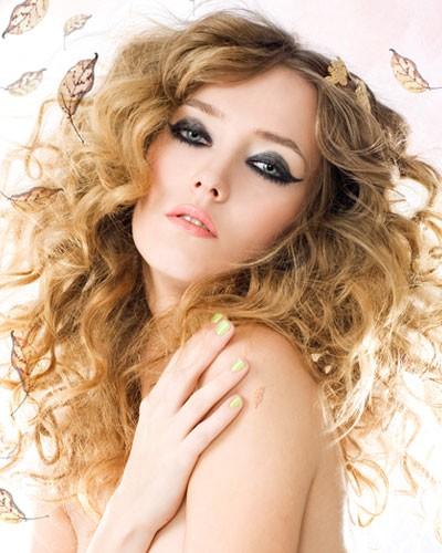 איפור שיער מתולתל רומנטי מעושן