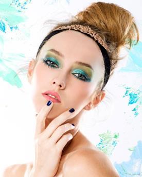 איפור שיער צללית ירוקה וכחולה