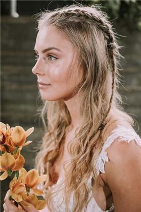 איפור ושיער: איפור כלות, תסרוקת כלה, תסרוקת צמות, תסרוקת לשיער מתולתל, שיער בלונדיני, איפור במראה טבעי, איפור לעור בהיר - עינב שלום