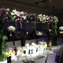 עיצוב שולחנות גשר פרחים על השולחן