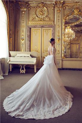 שמלת כלה נפוחה עם שובל ארוך