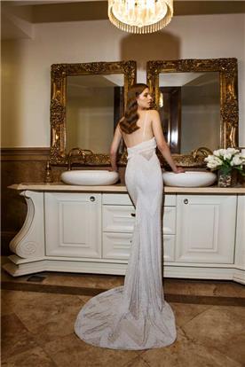 שמלת כלה עם כתפיות דקות ושובל