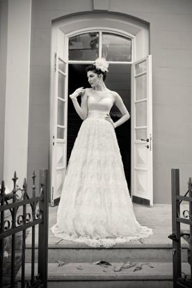 שמלת כלה מחשוף לב ותחרה