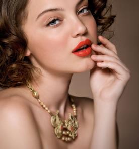 איפור עדין עם שפתון בוהק